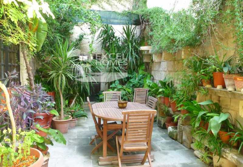 Character House 5 Bedrooms Lija For Sale